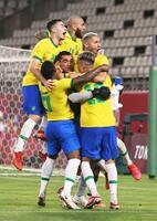 PK戦の末、メキシコを破り決勝進出を決めたブラジルイレブン=カシマスタジアム(ゲッティ=共同)