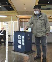 期日前投票で票を投じる有権者=徳島市役所