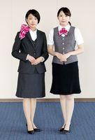 徳島銀行が100周年を機に一新した冬用(左)と夏用の女性職員の制服(徳島銀行提供)