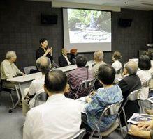 語り部の戦争体験に耳を傾ける来場者=徳島市の徳島城博物館