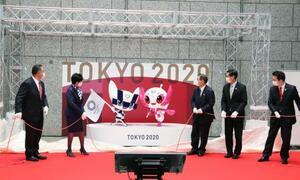 東京五輪・パラリンピックの公式マスコット像の除幕をした(左から)JOCの山下泰裕会長、東京都の小池百合子知事ら=14日午前、東京都庁(代表撮影)