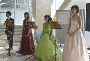 ランチタイムコンサートで歌声を披露する学生=徳島文理大