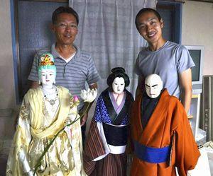 唐津人形浄瑠璃の新作人形を制作した多田さん(左)と娘婿の悠気さん=徳島市川内町宮島本浦の工房