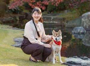 赤坂御用地で飼い犬の「由莉」と過ごす愛子さま(宮内庁提供)
