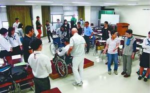 災害時の視覚障害者支援を目的とした学習会=2015年6月、徳島市の県立総合福祉センター(協議会提供)