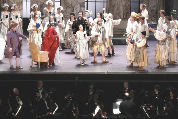 観客を魅了したプラハ国立劇場のオペラ公演「フィガロの結婚」=徳島市のアスティとくしま