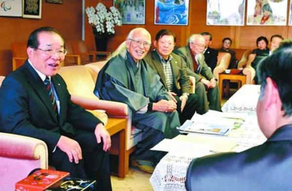 大河ドラマ化に向け、支援を求める三好長慶会の会員ら=県庁