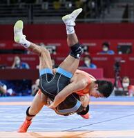 男子グレコローマン77キロ級3位決定戦 イラン選手(手前)を投げる屋比久翔平=幕張メッセ