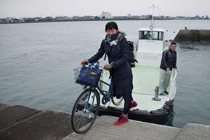 船から自転車を降ろして学校に向かう大谷さん=徳島市川内町米津