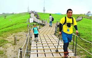 梅雨明け最初の週末、多くの人が剣山への登山を楽しんだ=1日、山頂周辺