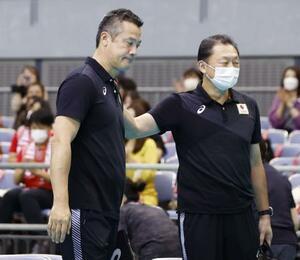 バレーボール男子アジア選手権の決勝を終え、関係者にねぎらわれる日本代表の中垣内監督(左)=千葉ポートアリーナ