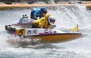 競艇選手としてデビューを果たした西岡さん(手前)=20日、岡山県倉敷市の児島ボートレース場(日本モーターボート競走会提供)