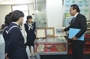 山下会長(右)から白菊特攻隊の話を聞く生徒=松茂町の海上自衛隊徳島教育航空群