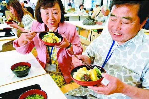 小松島みなと食堂でハモ天丼を味わう客=小松島市立江町の「みはらしの丘あいさい広場」