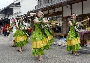 うだつまつりでフラダンスを踊りながら行進する参加者=美馬市脇町のうだつの町並み