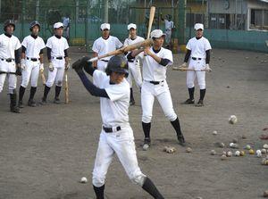 打撃練習に励む城ノ内の選手