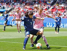 サッカー女子W杯フランス大会のスコットランド戦で、競り合う中島(7)ら=14日、レンヌ(共同)