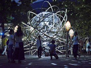 ミラーボールと竹を組み合わせたモニュメント。辺りを幻想的な雰囲気に包んだ=三好市池田町のへそっ子公園