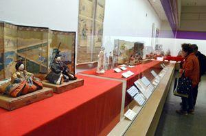 江戸時代後期以降のひな人形などが並ぶ「ひな人形の世界」展=徳島城博物館