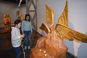 音声ガイドを聞きながら作品を鑑賞する来館者=那賀町横石の相生森林美術館
