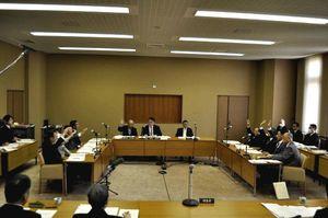 岡市議の不適正な働き掛けがあったとする報告書案を可決した徳島市議会百条委=午前10時50分ごろ、市議会協議会室