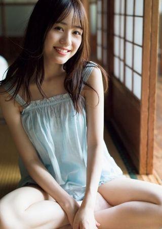 注目声優・伊藤美来、白ワンピまとい美白肌を披露 『バンドリ』『五等分の花嫁』でブレイク