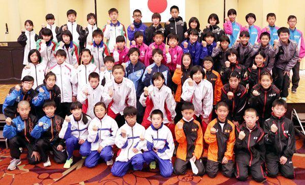 開会式後に健闘を誓い合う小学生たち