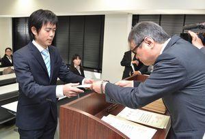 博士号の学位記を受け取る棚田さん(左)=徳島大総合科学部