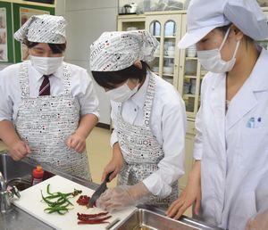 みまからトウガラシを使った洋風調味料を試作するつるぎ高生=つるぎ町の同校