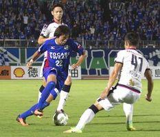 前半14分、徳島の広瀬(左手前)がゴール前に攻め込む=鳴門ポカリスエットスタジアム