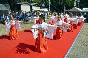 ウミガメの安全を願って舞を奉納する日和佐小児童=美波町日和佐浦の日和佐八幡神社