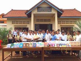 トリアル中学・高校の図書館で行われた書籍の贈呈式。手前左端がスレンさん=12日、カンボジア(アプサラ提供)