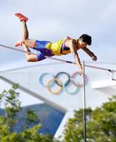 男子十種競技 優勝した中村明彦の棒高跳び=長野市営陸上競技場