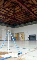 羽ノ浦町南児童館の遊技場。床が剥げ、天板は撤去されたままだ=阿南市羽ノ浦町古庄