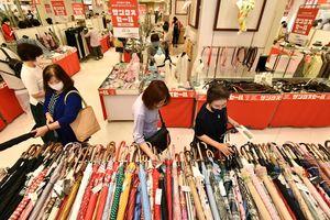 最終日の店内で品定めをする買い物客ら=31日午前10時半ごろ、そごう徳島店