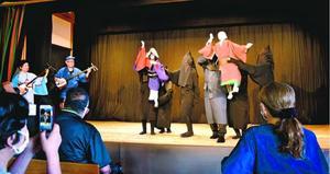 阿波踊りの足さばきや手の動きを披露した人形浄瑠璃の公演=徳島市の阿波十郎兵衛屋敷