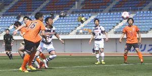 後半7分、FC徳島セレステのDF天羽<16>が頭で押し込み、2―1と勝ち越す=鳴門ポカリスエットスタジアム