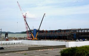 メーン施設の建て替え工事が進む鳴門競艇場=鳴門市撫養町大桑島
