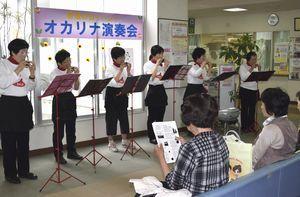 オカリナ演奏を披露する「オカリーナひわさ」のメンバー=県立海部病院