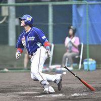 徳島対ソフトバンク3軍 7回裏、徳島2死二塁、ホーキンスが2点本塁打を放ち14-10とする=三好市吉野川運動公園野球場