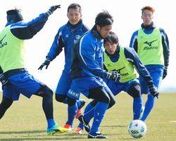 開幕戦での勝利を目指し、練習に励む徳島の選手たち=徳島スポーツビレッジ(秋月悠撮影)
