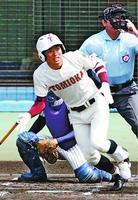 2回表、富岡西2死、安藤が左越えに本塁打を放ち先制する=松山市の坊っちゃんスタジアム