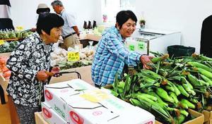 オープンした農産物直売所「夢すだち 神山」で品定めする客=神山町神領