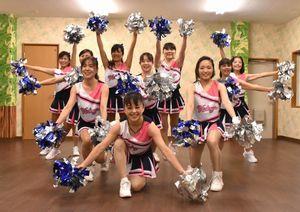 インディゴソックスを応援するダンスを練習するメンバー=東みよし町加茂のダンス教室「スタジオFUN」