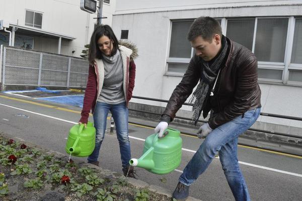 水やりをする外国人ボランティア=徳島市元町1