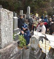 写楽が相撲絵を描いた勢見山の墓に手を合わせる参加者=徳島市城南町1
