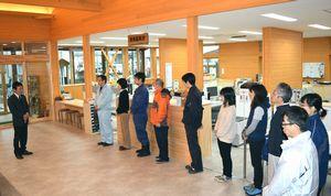 新支所の開所式で職員らに訓示する坂口町長(左端)=那賀町木頭出原