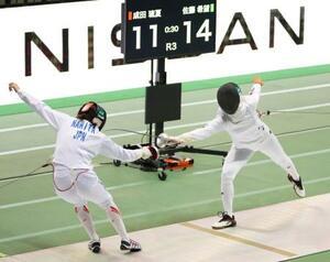 女子エペ個人で決勝に進出した佐藤希望(右)=駒沢体育館