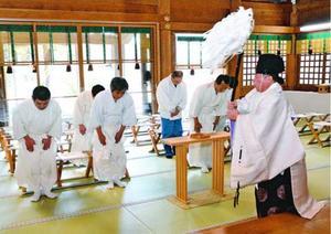 新型コロナウイルスの終息を祈願する神職ら=鳴門市の大麻比古神社