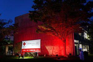 赤くライトアップされた鳴門市本庁舎